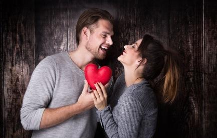 glückliches Paar durch Online Dating
