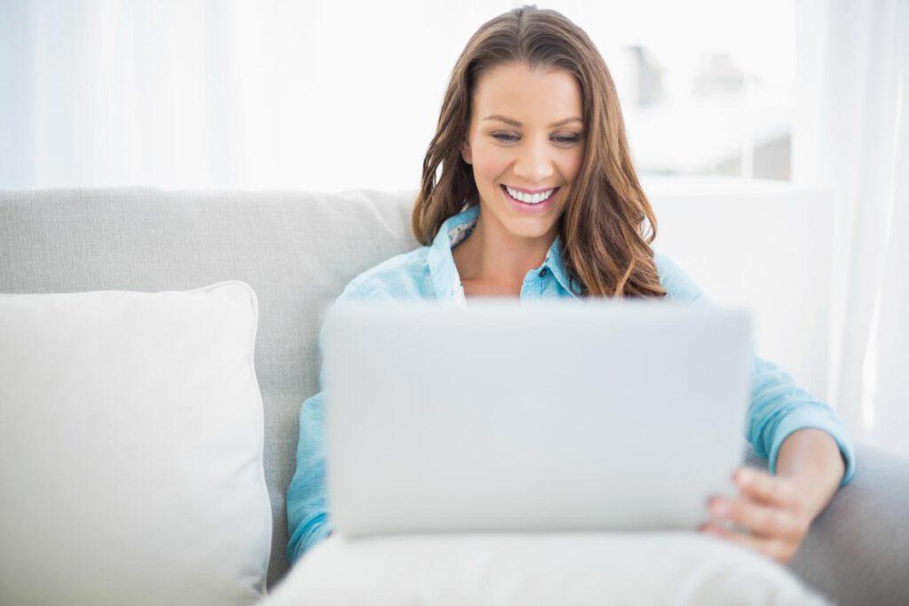 Frau freut sich über Dating Nachricht