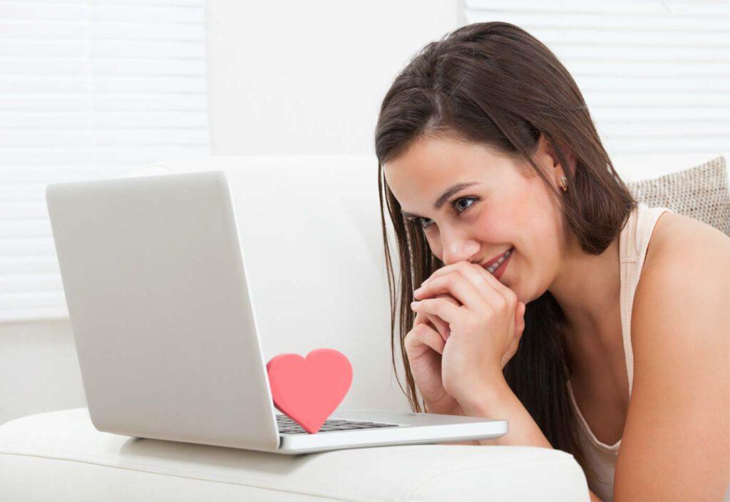 Frau ist begeistert von Datingprofil