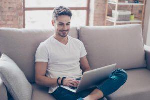 Mann ist Online Dating Neuling