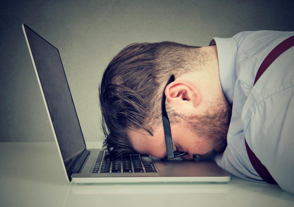 Mann verzweifelt wegen Online Dating