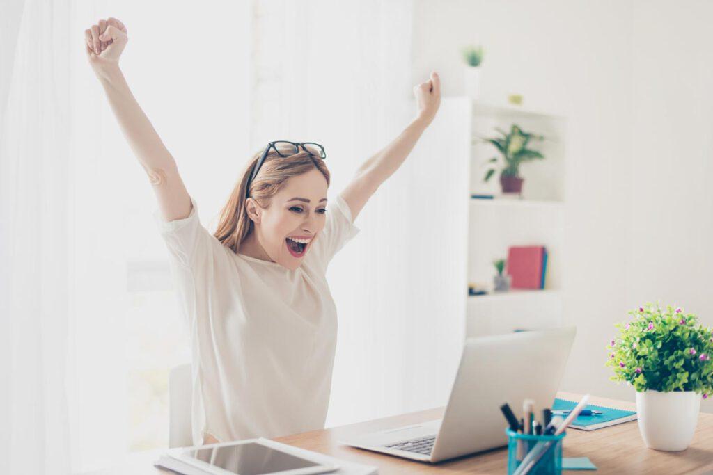 Frau freut sich über gute erste Nachricht