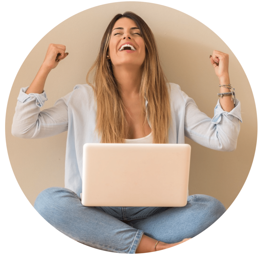 Frau freut sich über ein Anschreiben