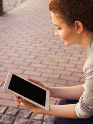 Frau macht Online Dating mit Tablet